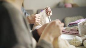 Πλέκοντας χέρι γυναικών που κάνει το μάλλινο ύφασμα Θηλυκά πλέκοντας χέρια απόθεμα βίντεο