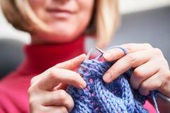 Πλέξιμο θηλυκά χέρια με τη βελόνα και το νήμα Στοκ εικόνες με δικαίωμα ελεύθερης χρήσης