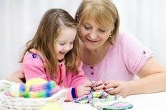 Πλέξιμο μητέρων και παιδιών Πλέξτε την ένδυση Τέχνες με τα παιδιά Στοκ Εικόνα