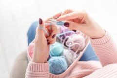 Πλέξιμο των θηλυκών χεριών έννοιας με τη σφαίρα κουβαριών χρώματος Στοκ φωτογραφία με δικαίωμα ελεύθερης χρήσης