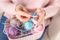 Πλέξιμο των θηλυκών χεριών έννοιας με τη σφαίρα κουβαριών χρώματος Στοκ Φωτογραφία