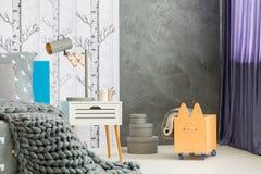 Πλέξτε το κάλυμμα στο τεράστιο κρεβάτι Στοκ Φωτογραφίες