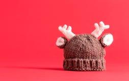 Πλέξτε το χειμερινό καπέλο στο κόκκινο Στοκ Εικόνες