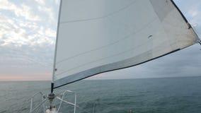 Πλέοντας ήρεμη θάλασσα γιοτ πολυτέλειας, ενεργός θερινός ελεύθερος χρόνος, ελευθερία και ανεξαρτησία απόθεμα βίντεο
