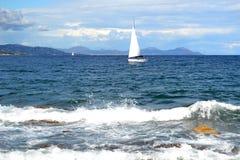 Πλέοντας βάρκα στην κυανή ακτή Στοκ Εικόνες