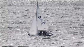 Πλέοντας βάρκες και σκάφη ρυμουλκών γιοτ στον ωκεανό φιλμ μικρού μήκους
