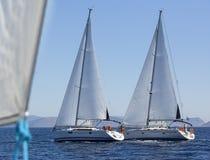 Πλέοντας γιοτ σκαφών κατά τη διάρκεια του regatta στη Μεσόγειο το μπλε σκοτάδι χρώματος αθλητικός νικητής ουρανού πανιών regatta  Στοκ Εικόνα