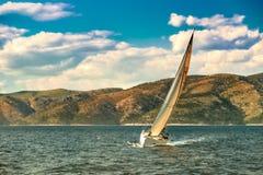 Πλέοντας κροατική ακτή βαρκών Στοκ Φωτογραφία