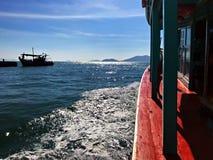 Πλέοντας κύμα και το ελλιμενίζοντας σκάφος Στοκ φωτογραφίες με δικαίωμα ελεύθερης χρήσης