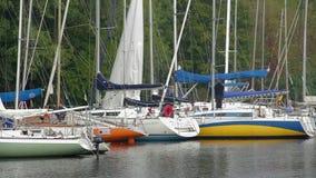 Πλέοντας μαρίνα, δεμένα γιοτ και sailboats, πολυτελής τρόπος ζωής απόθεμα βίντεο