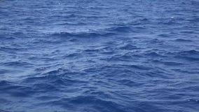 Πλέοντας με το μπλε νερό, θάλασσα που κυματίζει εύκολα φιλμ μικρού μήκους
