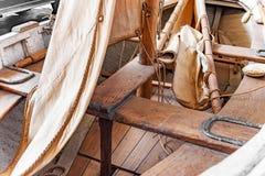 Πλέοντας ξύλινο αλιευτικό σκάφος κωπηλασίας στοκ φωτογραφίες με δικαίωμα ελεύθερης χρήσης
