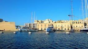 Πλέοντας πέρα από τη μαρίνα Vittoriosa με τα δεμένα γιοτ πολυτέλειας, Μάλτα απόθεμα βίντεο