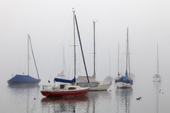 Πλέοντας σκάφη στην ομίχλη στοκ εικόνες