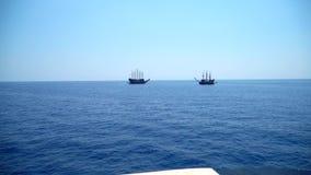 Πλέοντας σκάφος δύο πειρατών απόθεμα βίντεο