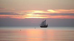 Πλέοντας σκάφος με τους ιστούς στη θάλασσα στο ηλιοβασίλεμα στη θάλασσα της Βαλτικής φιλμ μικρού μήκους