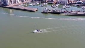 Πλέοντας σκάφος που αφήνει Caernarfon, Gwynedd στην Ουαλία - το Ηνωμένο Βασίλειο απόθεμα βίντεο