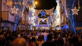 Πλήθη και φωτισμοί οδών κατά τη διάρκεια του φεστιβάλ Povoa de Varzim, Πορτογαλία του Pedro Σάο στοκ φωτογραφία με δικαίωμα ελεύθερης χρήσης
