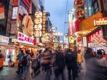 Πλήθη που περπατούν κατά μήκος Dotonbori arcade τη νύχτα Στοκ φωτογραφία με δικαίωμα ελεύθερης χρήσης