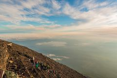 Πλήθη των ορειβατών στη σύνοδο κορυφής οι άνθρωποι αναρριχούνται στο βουνό του Φούτζι στοκ φωτογραφία
