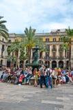 Πλήθη των τουριστών σε Placa Reial, Βαρκελώνη Στοκ φωτογραφία με δικαίωμα ελεύθερης χρήσης