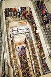 Πλήθος αγορών στην κυλιόμενη σκάλα Στοκ φωτογραφίες με δικαίωμα ελεύθερης χρήσης