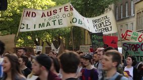 Πλήθος Μάρτιος κατά τη διάρκεια των διαμαρτυριών αυστηρότητας, γενική εκλογή 2015, Μπρίστολ UK απόθεμα βίντεο