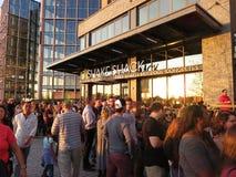 Πλήθος μπροστά από το εστιατόριο Στοκ εικόνα με δικαίωμα ελεύθερης χρήσης