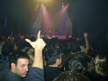 Πλήθος που απολαμβάνει μια συναυλία που προσέχει την επίδειξη στοκ εικόνες με δικαίωμα ελεύθερης χρήσης