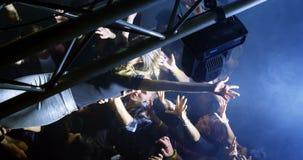 Πλήθος που κάνει σερφ σε μια συναυλία 4k απόθεμα βίντεο