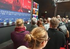 Πλήθος που περιμένει μια συνέντευξη τύπου κατά τη διάρκεια Berlinale 2018 Στοκ εικόνα με δικαίωμα ελεύθερης χρήσης