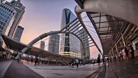 Πλήθος που περπατά κάτω από το ζωηρόχρωμο ηλιοβασίλεμα στη σύγχρονη πόλη απόθεμα βίντεο