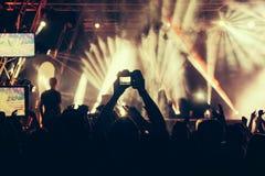 Πλήθος σε μια συναυλία με τα χέρια επάνω στοκ εικόνες
