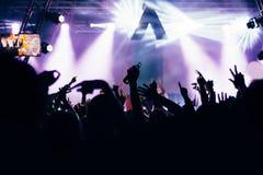 Πλήθος σε μια συναυλία με τα χέρια επάνω στοκ φωτογραφία με δικαίωμα ελεύθερης χρήσης