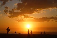 Πλήθος στην παραλία κατά τη διάρκεια της χρυσής ώρας στοκ εικόνες με δικαίωμα ελεύθερης χρήσης