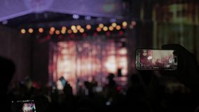πλήθος στη συναυλία - φεστιβάλ θερινής μουσικής Το πλήθος συναυλίας που παρευρίσκεται σε μια συναυλία, σκιαγραφίες ανθρώπων είναι απόθεμα βίντεο