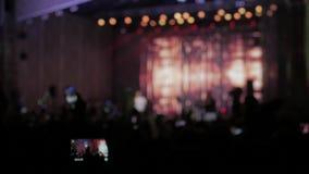 πλήθος στη συναυλία - φεστιβάλ θερινής μουσικής Το πλήθος συναυλίας που παρευρίσκεται σε μια συναυλία, σκιαγραφίες ανθρώπων είναι φιλμ μικρού μήκους