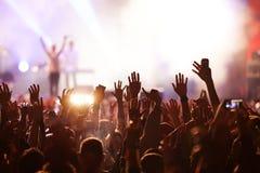 πλήθος στη συναυλία - φεστιβάλ θερινής μουσικής στοκ φωτογραφίες με δικαίωμα ελεύθερης χρήσης