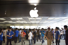 Πλήθος στο κατάστημα Shenzhen, Κίνα μήλων Στοκ φωτογραφία με δικαίωμα ελεύθερης χρήσης