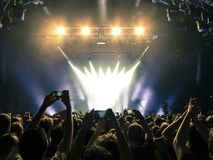 Πλήθος συναυλίας μπροστά από τα φω'τα σκηνών στοκ εικόνες