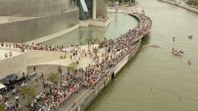 Πλήθος της απόλαυσης ανθρώπων που επισκέπτεται στις όχθεις του ποταμού Nervion στο Μπιλμπάο, Ισπανία απόθεμα βίντεο