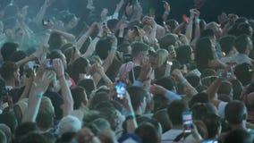 Πλήθος των ανεμιστήρων ενθαρρυντικών στο υπαίθριο φεστιβάλ μουσικής απόθεμα βίντεο