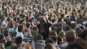 Πλήθος των ανεμιστήρων ενθαρρυντικών στο υπαίθριο φεστιβάλ μουσικής φιλμ μικρού μήκους