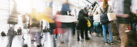 Πλήθος των ανθρώπων σε μια λεωφόρο αγορών Στοκ Εικόνες