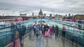 Πλήθος των ανθρώπων στη γέφυρα χιλιετίας στο Λονδίνο UK απόθεμα βίντεο