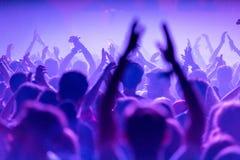 Πλήθος των ανθρώπων στη ζωντανή συναυλία στοκ εικόνα με δικαίωμα ελεύθερης χρήσης
