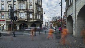 Πλήθος των ανθρώπων στο κέντρο της ιστορικής ευρωπαϊκής πόλης απόθεμα βίντεο