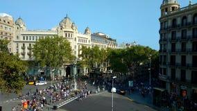 Πλήθος των ανώνυμων ανθρώπων που περπατούν Rambla της Βαρκελώνης απόθεμα βίντεο