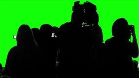 Πλήθος των καμεραμάν, δημοσιογράφοι, φωτογράφοι που πυροβολούν ένα γεγονός σε μια πράσινη οθόνη απόθεμα βίντεο