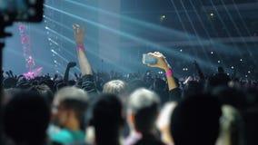 Πλήθος των νέων οπαδών μουσικής που χορεύουν στη συναυλία απόθεμα βίντεο